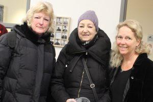 De droite à gauche : la directrice générale de la Fondation Accueil Bonneau. Hélène Côté. en compagnie de deux dames venues spécialement pour se procurer des vêtements chauds pour affronter l'hiver .